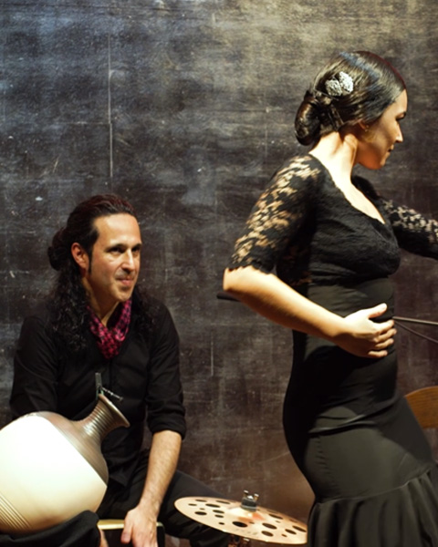 miguel-reyes-jimenes-tocando-percusion-bailaora-flamenco